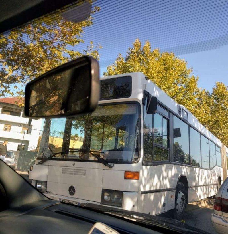 Autobusi përplas 23-vjeçarin në Kamëz