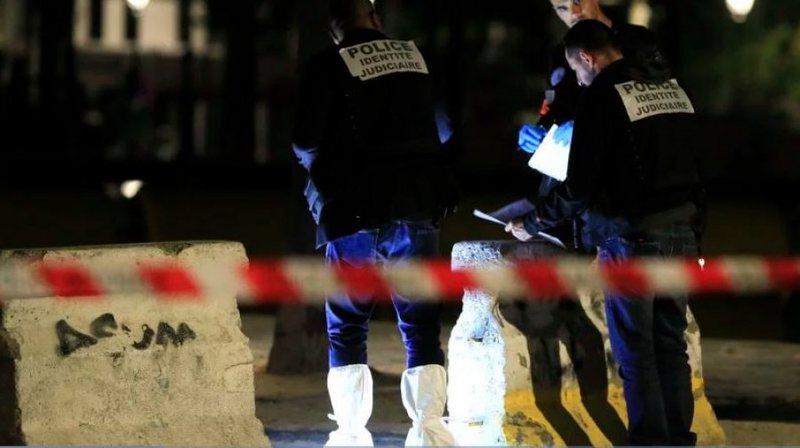 Sulm me thikë në Paris, plagosen 7 persona (Detajet)
