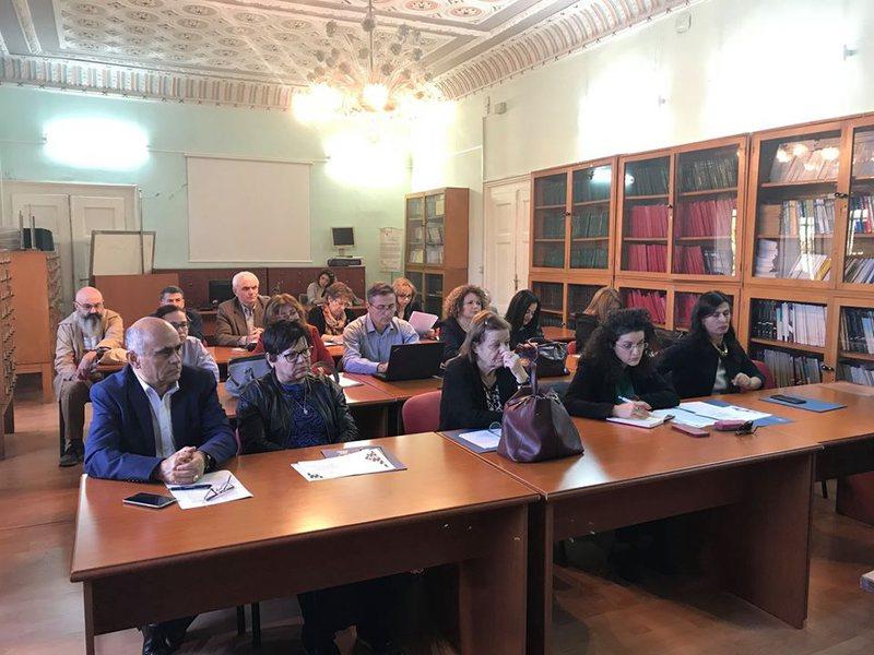 Studiues shqiptarë dhe të huaj mblidhen në Tiranë, për