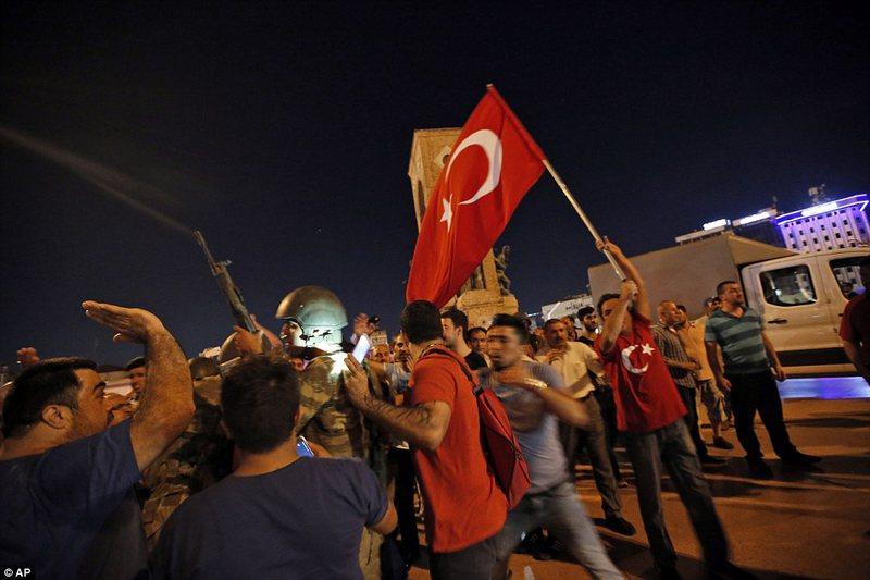 Dështon grushti i shtetit në Turqi me bilanc tragjik, 265 viktima,