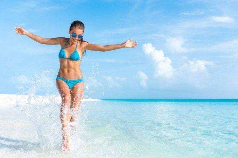 A duhet të rrimë me kripën e detit pas plazhit?