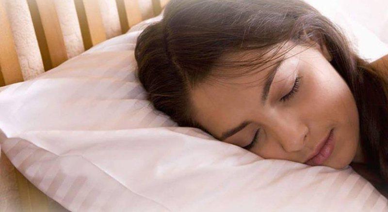 Ekspertët tregojnë faktet: Si ndikon pozicioni i fjetjes në