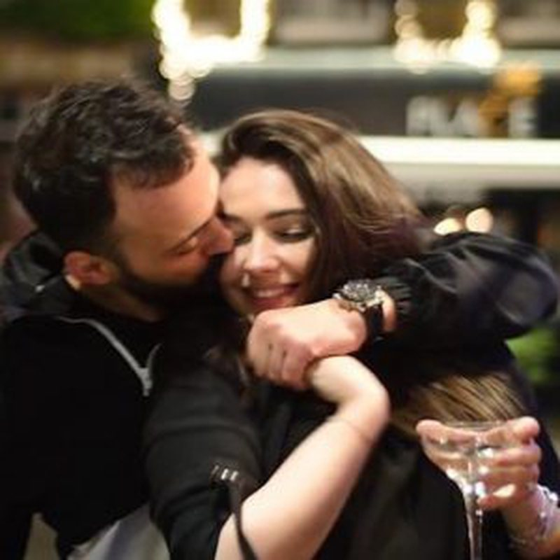 Video/ Jonida Vokshi fton të fejuarin në emision, ai e surprizon para