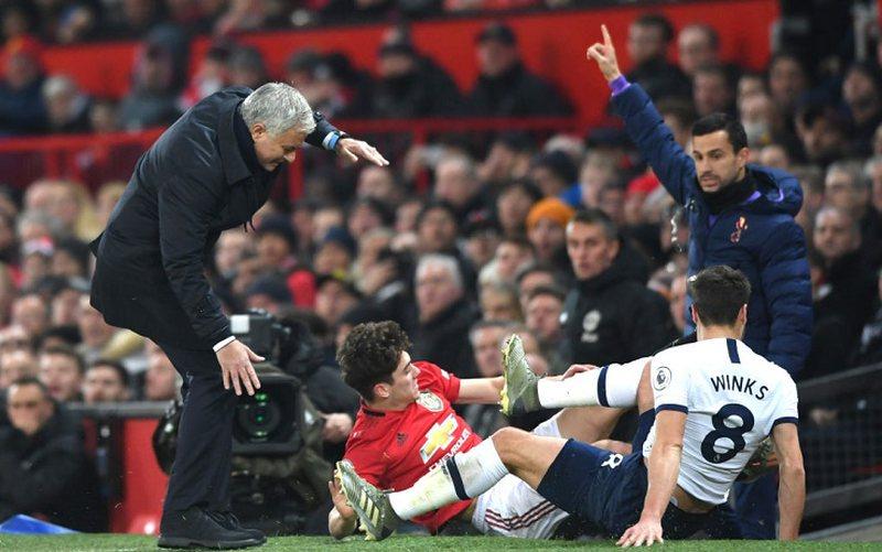 """VIDEO/ Kthehet në """"Old Trafford"""", Murinho goditet me kokë"""