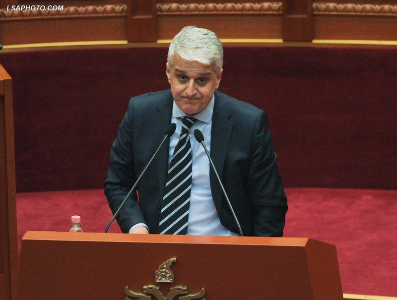 """""""Bir komunisti"""", deputeti replika të ashpra në Kuvend me"""