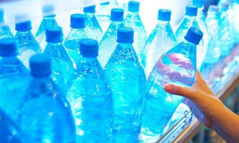Mos harroni ta shikoni afatin e ujit në shishe plastike, mund të
