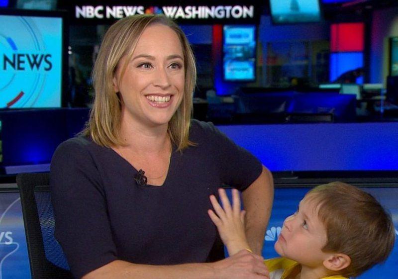 VIDEO/ Korrespondentes hyn djali në studio teksa raportonte live ngjarjen e