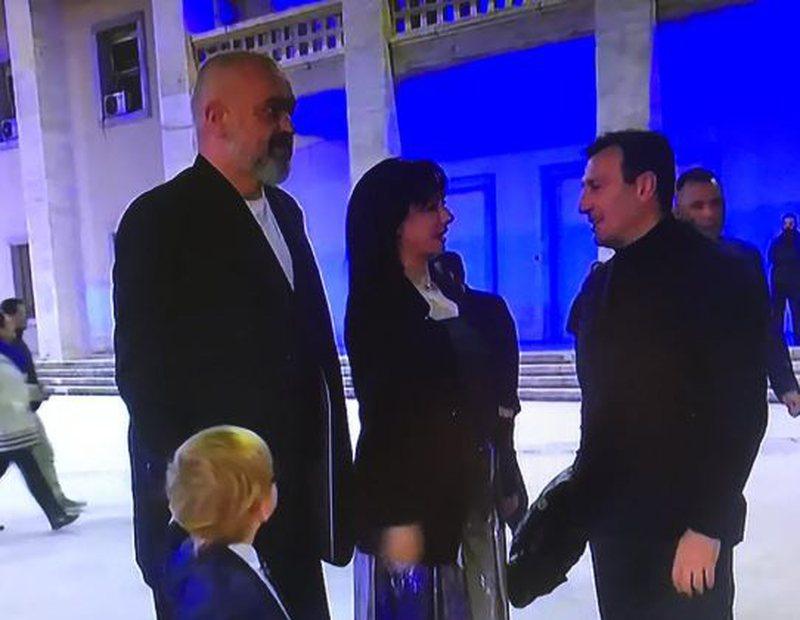 """Rama, Zaho dhe Linda Rama mbërrijnë në """"Air Albania"""