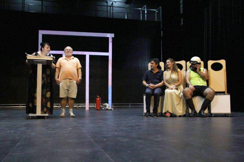 """Spiro Duni, me komedinë premierë """"Këngëtarja"""