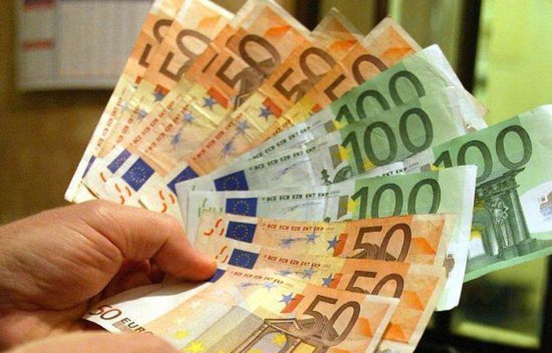Euro  vazhdon në rënie, i afrohet nivelit më të ulët