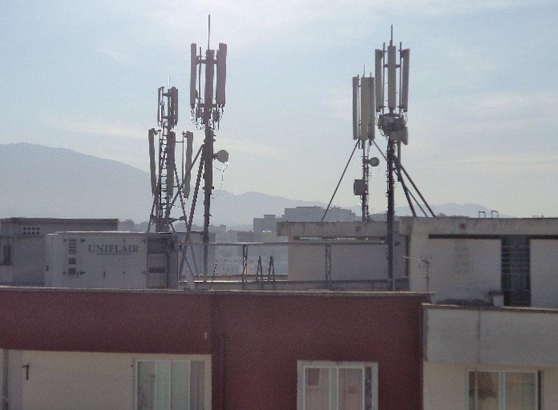 Rreziku i antenave celulare mbi pallate, qytetarët të shqetësuar për rrezet vdekjeprurëse - Aktualitet