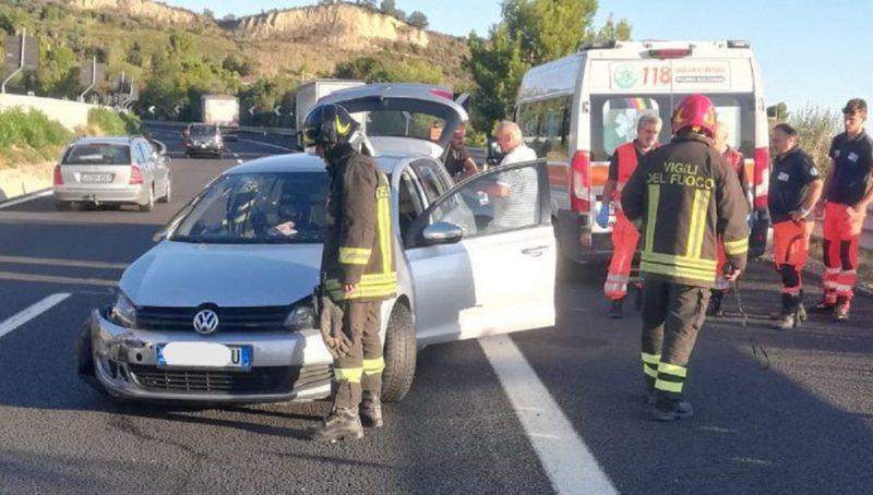 Makina përplaset fuqishëm me kamionin, plagosen 3 të rinj