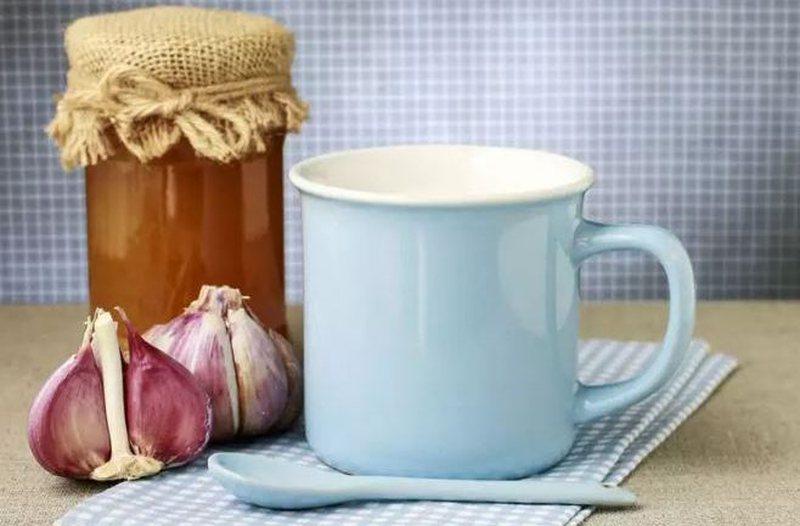 Qumësht me hudhra, ilaçi që kuron plot 9 sëmundje (Receta)