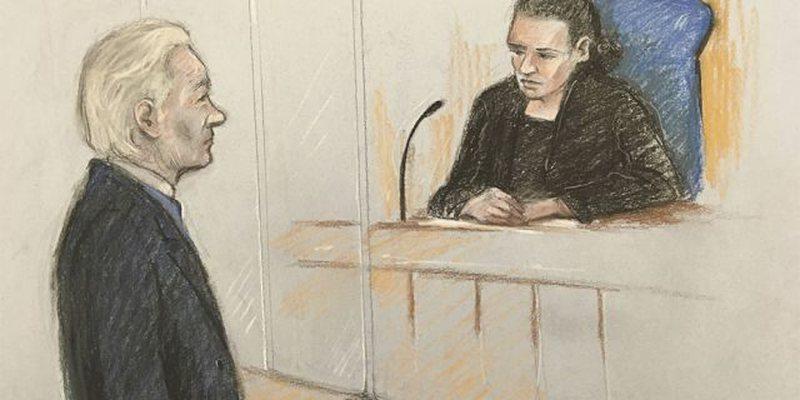 Julian Assange mezi thotë emrin e tij në gjyqin kundër