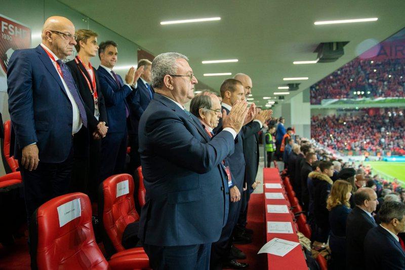 """""""Trajneri do të largohet në janar, ja çfarë ndodh me"""