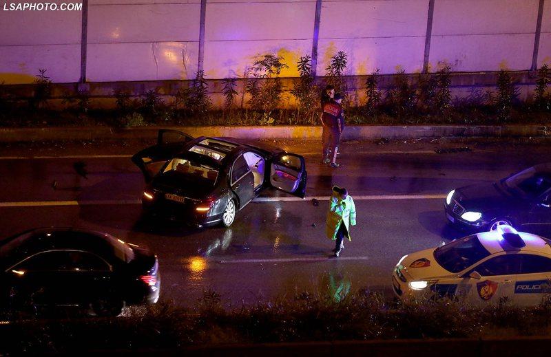 Aksident në Tiranë / Përplasen 2 makina (FOTO)