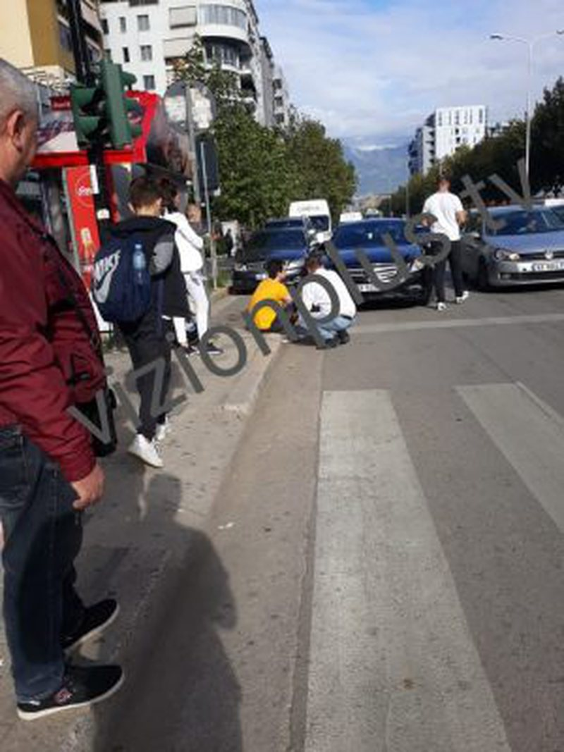 Del i tronditur nga makina, aksidentohet në mes të Tiranës aktori