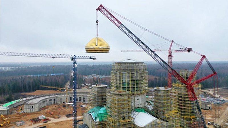 Vendoset kupola 34-ton me titanium mbi katedralen ushtarake ruse (video)