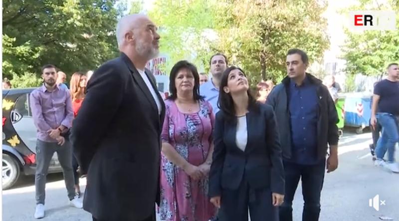 VIDEO/ Kryeministri viziton familjet e prekura nga tërmeti në