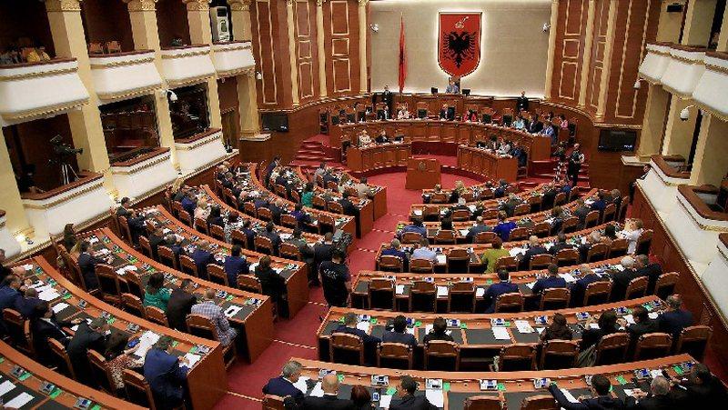 Mazhoranca 'shuplakë' Presidentit, rrëzon në Kuvend