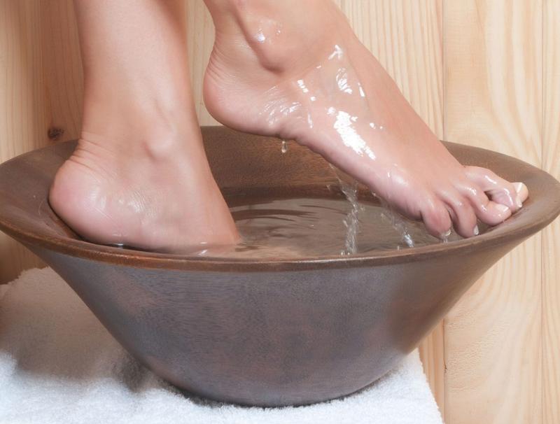 Futini këmbët në ujë të ngrohtë 15 minuta para se