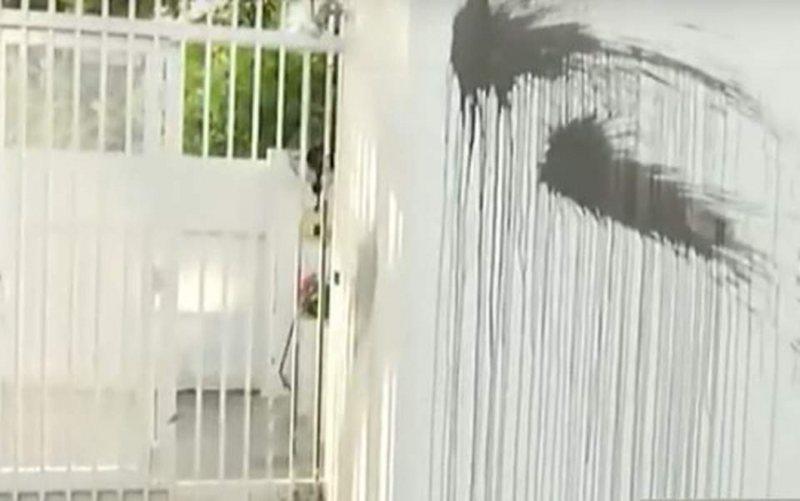 Ngjarje e rëndë/ Sulmohet me bojë dhe tymuese rezidenca e