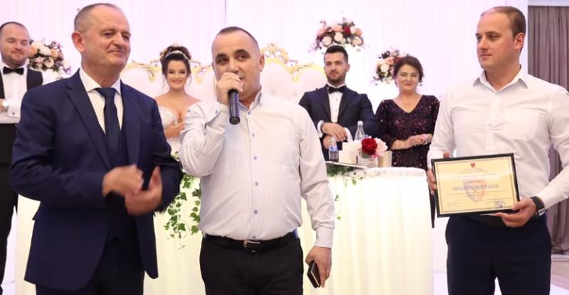 Po martonte djalin, kolegët me porosi të Adi Veliut i bëjnë