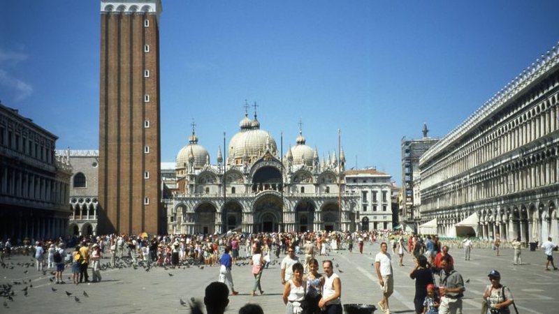 Gjobë 50 deri në 500 euro/ Venecia 'ndalon' turistët