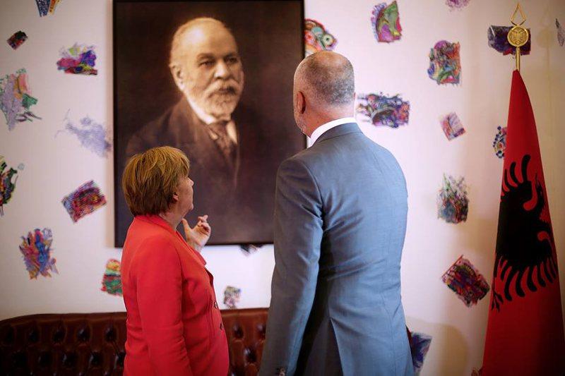 Rama publikon foton e ditës, i tregon Merkelit për Ismail Qemalin