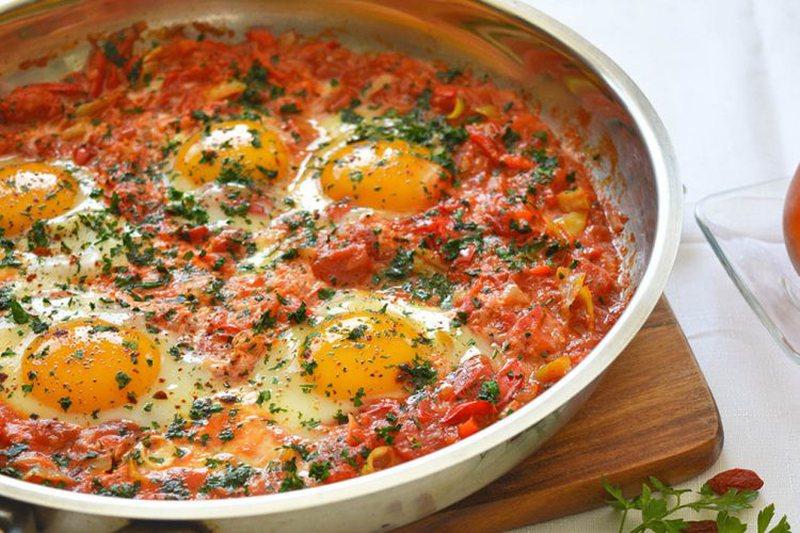 Vezë me domate dhe speca, receta për një drekë perfekte