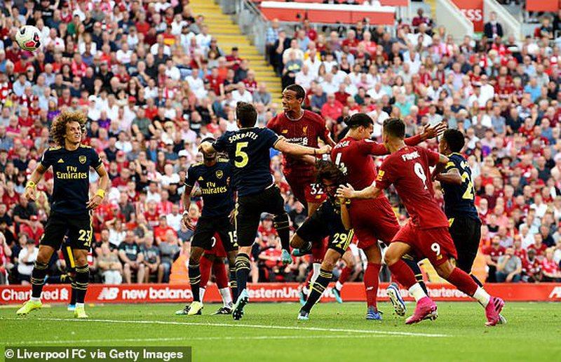 Liverpul i papërmbajtshëm, mposht Arsenalin dhe merr i vetëm