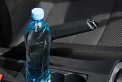 Vendosni gjithmonë një shishe ujë në makinë? Kujdes! Ky