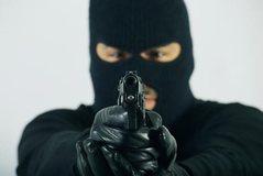 I vendos armën në kokë pronares, grabitet në mes të