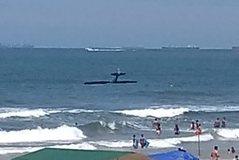 Panik në plazh, avioni rrëzohet në det përpara syve të