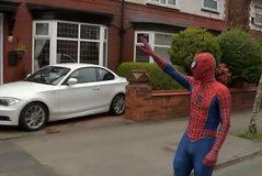 Superheroi lokal, argëtoi fëmijët e mbyllur në shtëpi