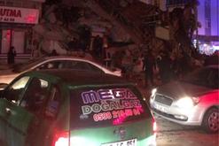 16 viktima, mbi 300 të plagosur dhe të paktën 30 të zhdukur/