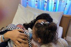 U bë nënë për herë të dytë, Spiropali na