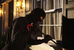 Plagosje me thikë dhe vjedhje në banesa, i ndodh gjëma dy