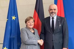 Çfarë iu tha Merkel për veton e Macron herën e kaluar?