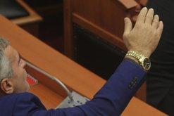 Deputeti del jashtë pritshmërive, shkon në Parlament i pakrehur
