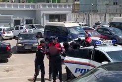 Policia piketon familjen në Korçë, arreston gruan dhe djalin,