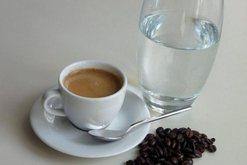 Gota e ujit pihet para apo mbas kafesë? Ndoshta e keni ditur gjithmonë