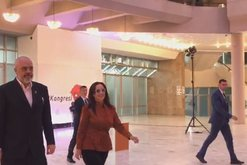 VIDEO/ Linda Rama mbërrin krah kryeministrit në Kongresin e PS,