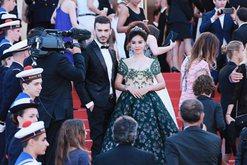 Lufta ndaj koronavirusit/ Modeli shqiptar, i martuar me miliarderen kineze jep