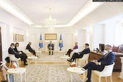 Presidenti Thaçi takon ambasadorët e Quint-it, thotë se duhet