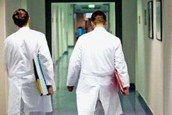 Infektohen 11 punonjës të stafit mjekësor, drejtoresha e spitalit