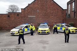 Policët kërcejnë për të bindur njerëzit të