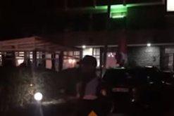 Ç'po ndodh përreth hotelit ku ndodhen shqiptarët që