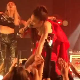 Elvana Gjatës i ndodh incidenti i papritur gjatë koncertit, fansi e