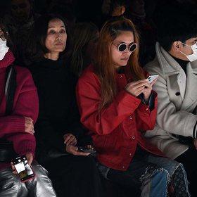 Koronavirusi frikëson dhe botën e modës, modelet në